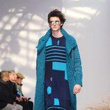Conjunto azul con estampado psicodélico para Issey Miyake en la semana de la moda de París para la temporada otoño/invierno 2016/2017