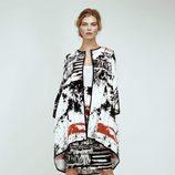 Kimono blanco con estampado abstracto en negro de Dolores Promesas Resort 2016