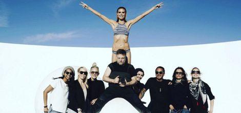 Heidi Klum posando con bikini estampado y el equipo de Bendon
