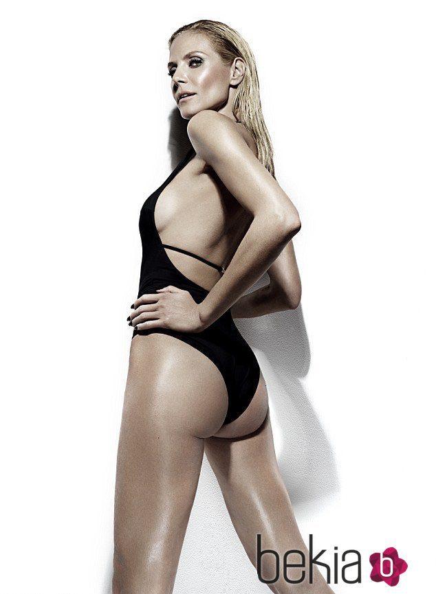 Heidi Klum con bañador negro y espalda abierta de Bendon