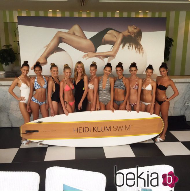 Heidi Klum con vestido negro y bikinis de la colección 'HK Intimates'