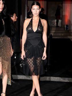 Bella Hadid con vestido midi negro con transparencias de Balmain