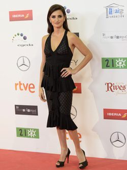 Penélope Cruz con vestido midi negro volantes de Balmain