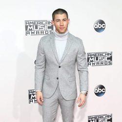 Nick Jonas con traje claro