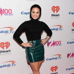 Demi Lovato con falda de tubo verde de lúrex