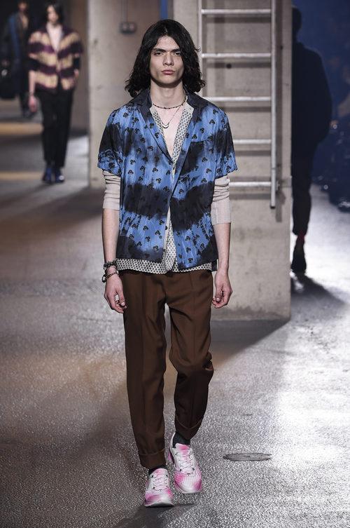 Camisa efecto degradado en azul de Lanvin en la semana de la moda de París para la temporada Otoño/Invierno 2016/2017
