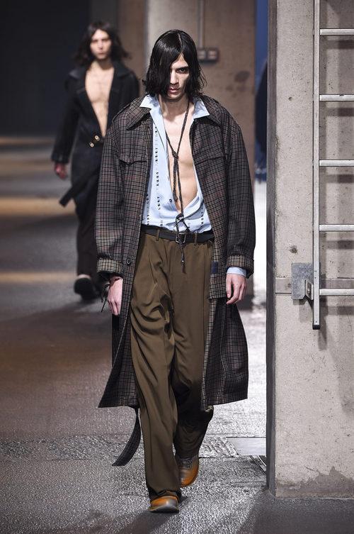 Maxi abrigo y camisa abierta azul de Lanvin en la semana de la moda de París para la temporada Otoño/Invierno 2016/2017