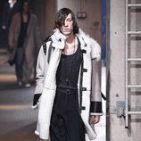 Abrigo de ante con forro de lana y mangas de cuero de Lanvin en la semana de la moda de París para la temporada Otoño/Invierno 2016/2017