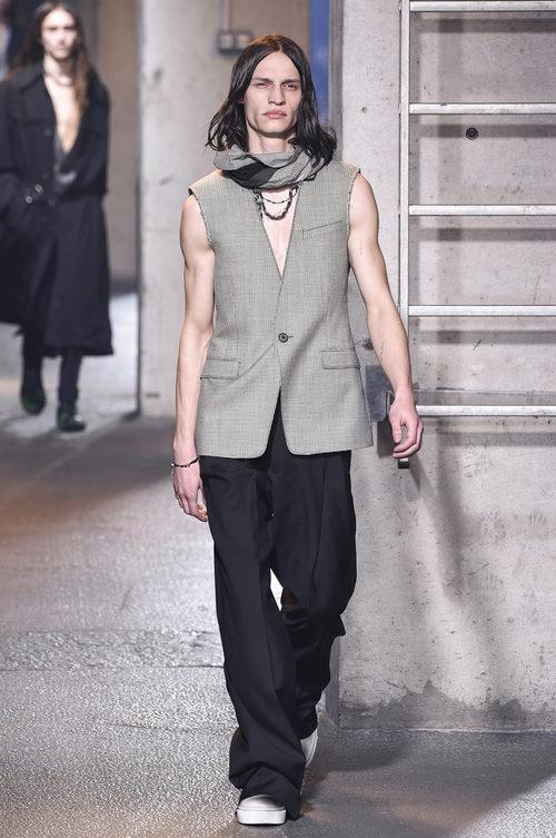 Chaleco con las mangas recortadas de Lanvin en la semana de la moda de París para la temporada Otoño/Invierno 2016/2017