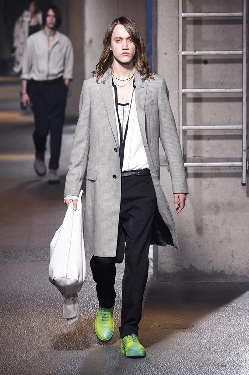 Abrigo gris con bolso blanco y zapatillas verdes de Lanvin en la semana de la moda de París para la temporada Otoño/Invierno 2016/2017