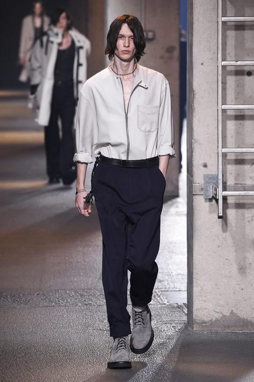 Camisa blanca con cremallera de Lanvin en la semana de la moda de París para la temporada Otoño/Invierno 2016/2017