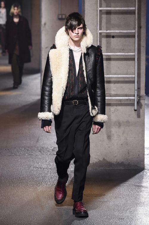 Cazadora de cuero con forro de lana y flecos en hombros de Lanvin en la semana de la moda de París para la temporada Otoño/Invierno 2016/2017