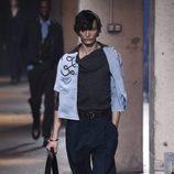 Jersey asimétrico con superposición de tejidos en azul serenity de Lanvin en la semana de la moda de París para la temporada Otoño/Invierno 2016/2017
