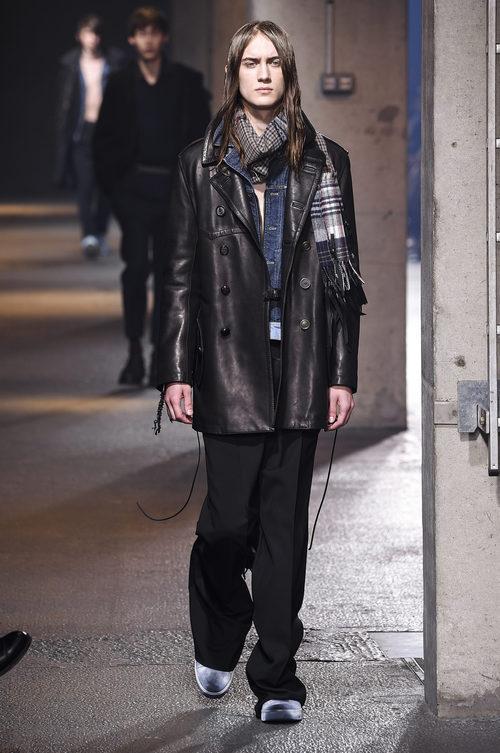 Abrigo de cuero y bufanda madras de Lanvin en la semana de la moda de París para la temporada Otoño/Invierno 2016/2017