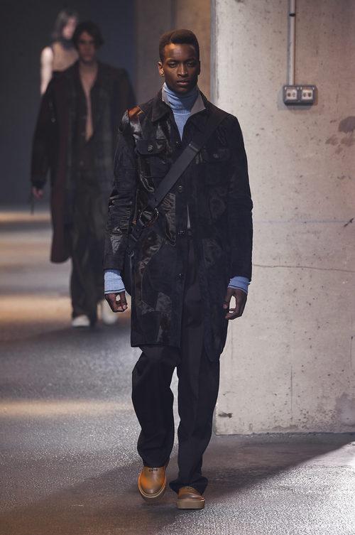 Abrigo negro con superposición de tejidos de Lanvin en la semana de la moda de París para la temporada Otoño/Invierno 2016/2017