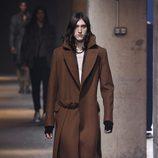 Gabardina marrón con zapatos grises de Lanvin en la semana de la moda de París para la temporada Otoño/Invierno 2016/2017