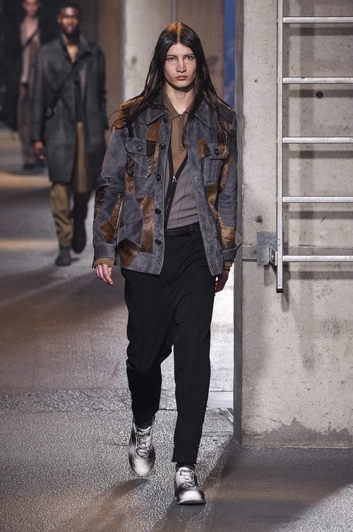 Cazadora vaquera con parches de diferentes tejidos de Lanvin en la semana de la moda de París para la temporada Otoño/Invierno 2016/2017
