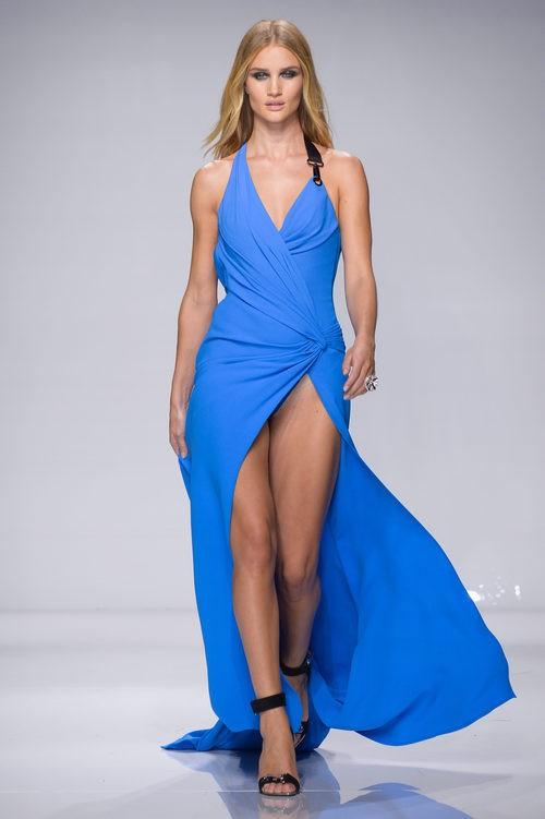 Vestido azul largo con corte en la falda de Versace en la semana de la moda de París Primavera/Verano 2016