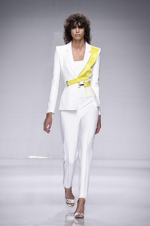 Traje blanco con detalle amarillo en la solapa de Versace en la semana de la moda de París Primavera/Verano 2016