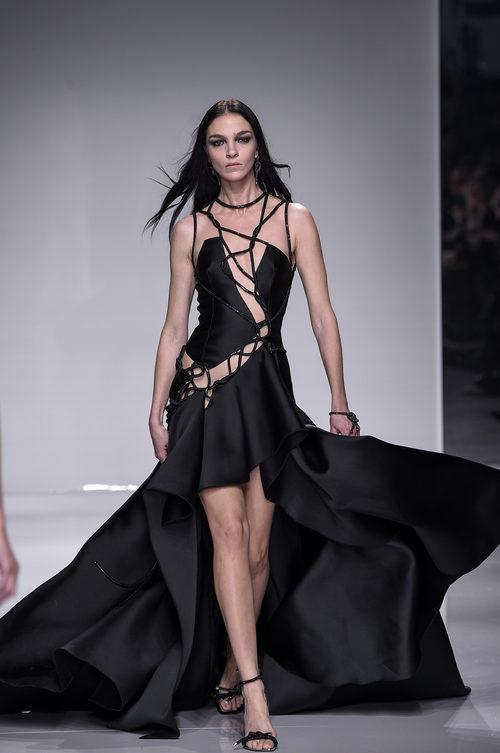 Vestido negro largo asimétrico con falda de vuelo de Versace en la semana de la moda de París Primavera/Verano 2016