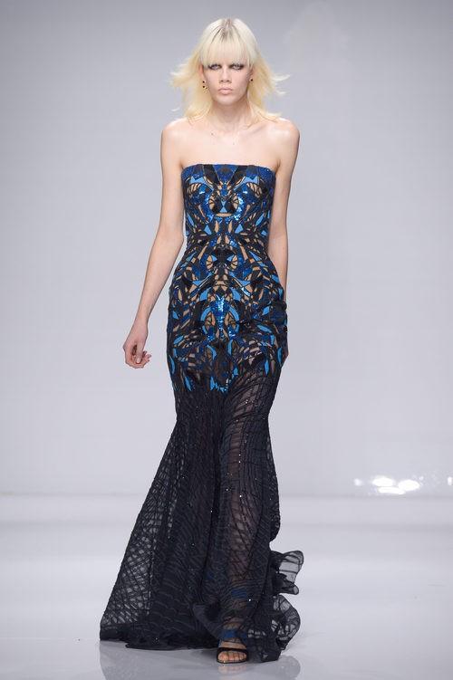 Vestido largo recto con tonalidades azules de Versace en la semana de la moda de París Primavera/Verano 2016