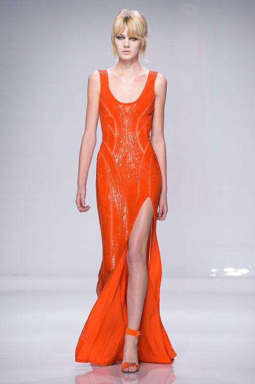 Vestido naranja con abertura lateral de Versace en la semana de la moda de París Primavera/Verano 2016