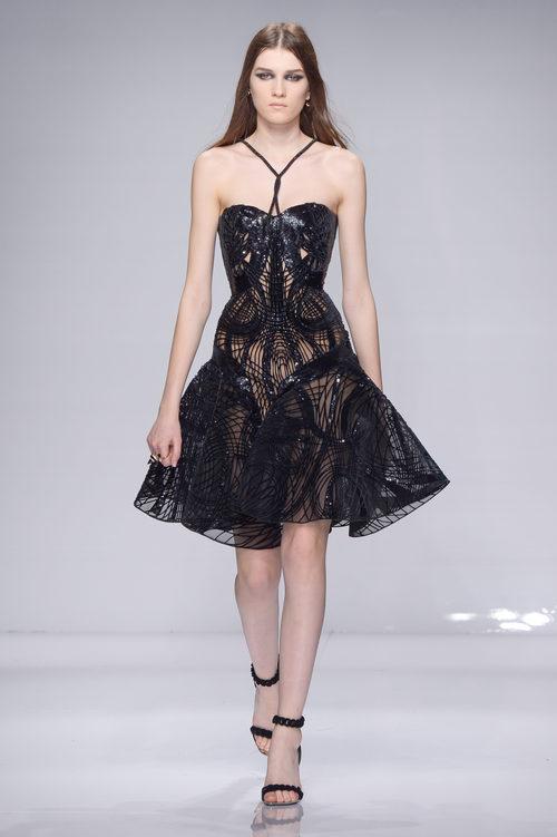 Vestido midi negro con transparencias geométricas de Versace en la semana de la moda de París Primavera/Verano 2016