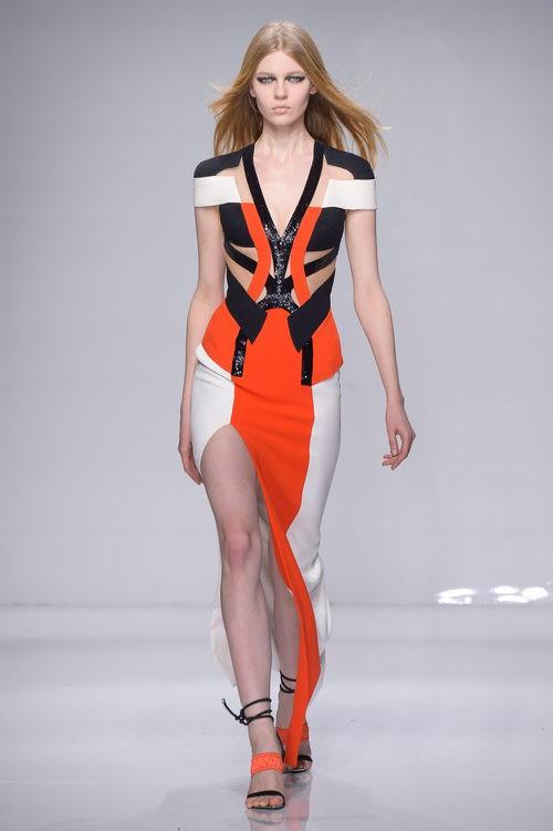 Vestido asimétrico tricolor de Versace en la semana de la moda de París Primavera/Verano 2016