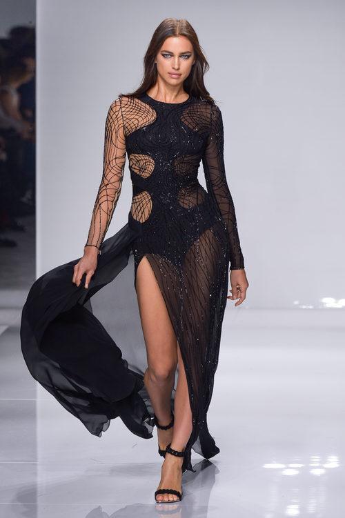 Vestido negro asimétrico con transparencias de Versace en la semana de la moda de París Primavera/Verano 2016