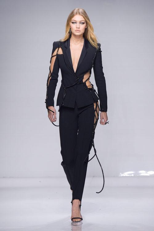 Traje negro asimétrico con cuerdas de Versace en la semana de la moda de París Primavera/Verano 2016