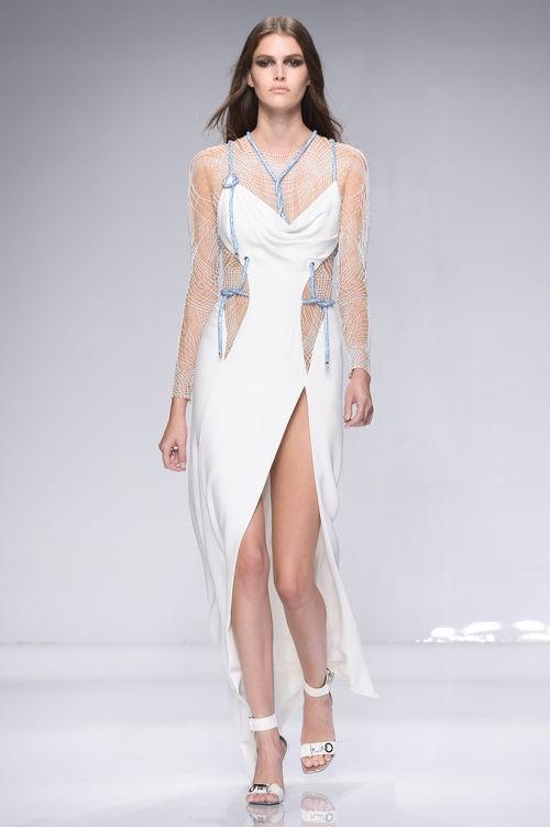 Vestido blanco largo asimétrico con transparencias de Versace en la semana de la moda de París Primavera/Verano 2016