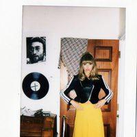Suki Waterhouse con perfecto de cuero y falda larga en la imagen de campaña de Superga