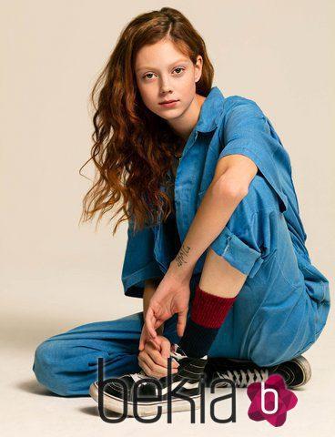 Natalie Westling con estilo denim y zapatillas negras para Vans