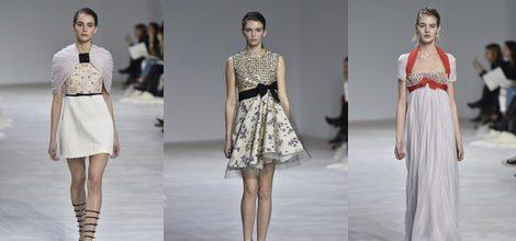 Vestido corto con falda de relieve y toquilla plisada de Giambattista Valli en la semana de Alta Costura de París primavera/verano 2016