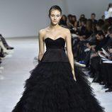 Vestido negro de tul con escote corazón de Giambattista Valli en la semana de Alta Costura de París primavera/verano 2016