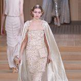 Vestido champagne y capa brilli brilli de Chanel en la Semana de la Alta Costura de París primavera/verano 2016