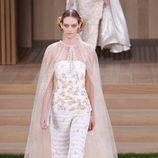 Vestido blanco con relieves y capa transparente de Chanel en la Semana de la Alta Costura de París primavera/verano 2016