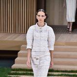 Traje blanco con falda lápiz y mangas abultadas de Chanel en la Semana de la Alta Costura de París primavera/verano 2016