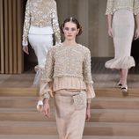 Traje nude con falda lápiz plisada y relieve de Chanel en la Semana de la Alta Costura de París primavera/verano 2016
