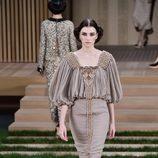 Vestido crudo con plisados y detalles en el pecho de Chanel en la Semana de la Alta Costura de París primavera/verano 2016