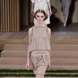 Vestido crudo con cadenas doradas de Chanel en la Semana de la Alta Costura de París primavera/verano 2016