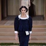 Vestido azul marino abultado de Chanel en la Semana de la Alta Costura de París primavera/verano 2016
