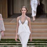 Vestido blanco asimétrico con detalles brillantes de Chanel en la Semana de la Alta Costura de París primavera/verano 2016