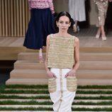 Conjunto blanco y dorado con relieve de Chanel en la Semana de la Alta Costura de París primavera/verano 2016