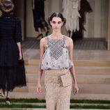 Conjunto nude y gris y falda de esparto de Chanel en la Semana de la Alta Costura de París primavera/verano 2016