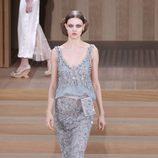 Vestido gris con encaje Chantilly de Chanel en la Semana de la Alta Costura de París primavera/verano 2016