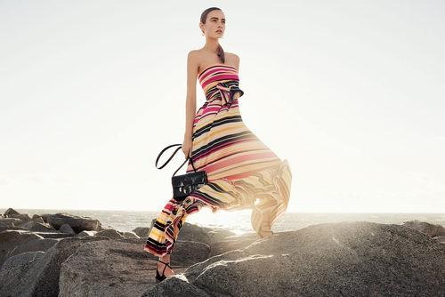 Vestido amplio colorido a rayas de Salvatore Ferragamo para la colección 'The Splendor of Life' para primavera/verano 2016