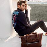 Jon Kortajarena con chaqueta de cuero de Salvatore Ferragamo para la colección 'The Splendor of Life' para primavera/verano 2016