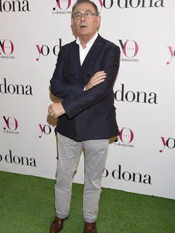 Roberto Verino con chaqueta azul marino y pantalones blancos