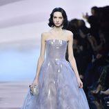 Vestido corte princesa violeta de Armani en la Semana de la Moda de Alta Costura de París primavera/verano 2016